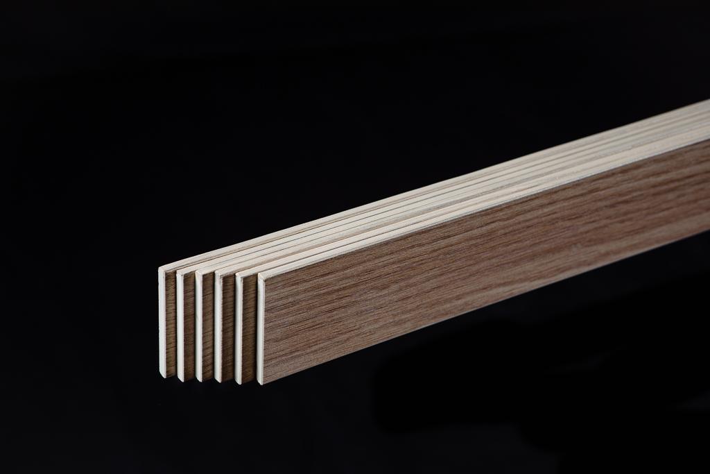 geprofileerd en gezaagd, afgeronde plinten met houtnerf patroon op kleur geverfd voor een mooie afronding