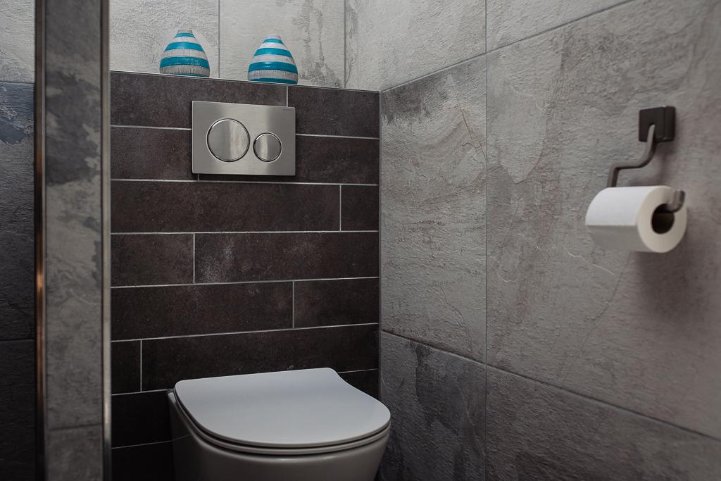 stroken verwerkt op wand badkamer