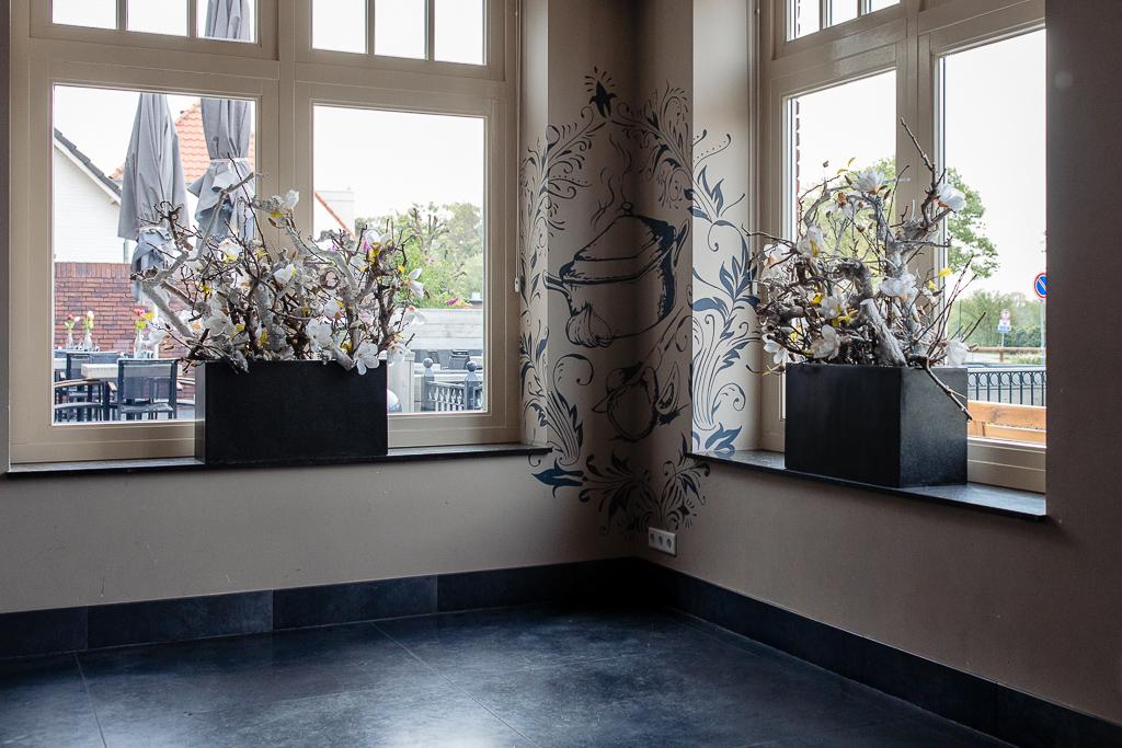 Voorbeeld van plinten bij klant verwerkt tegen muur